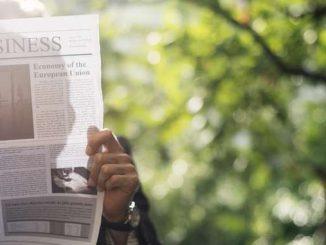 Businessman qui lit le journal