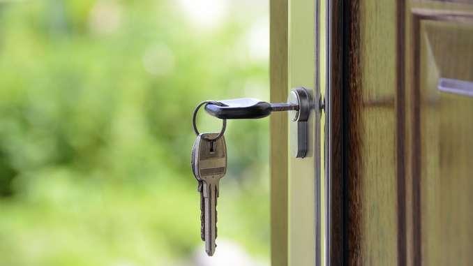 Clé sur la porte d'un appartement