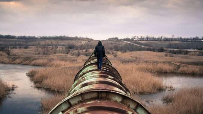 Personne qui marche sur un pipeline
