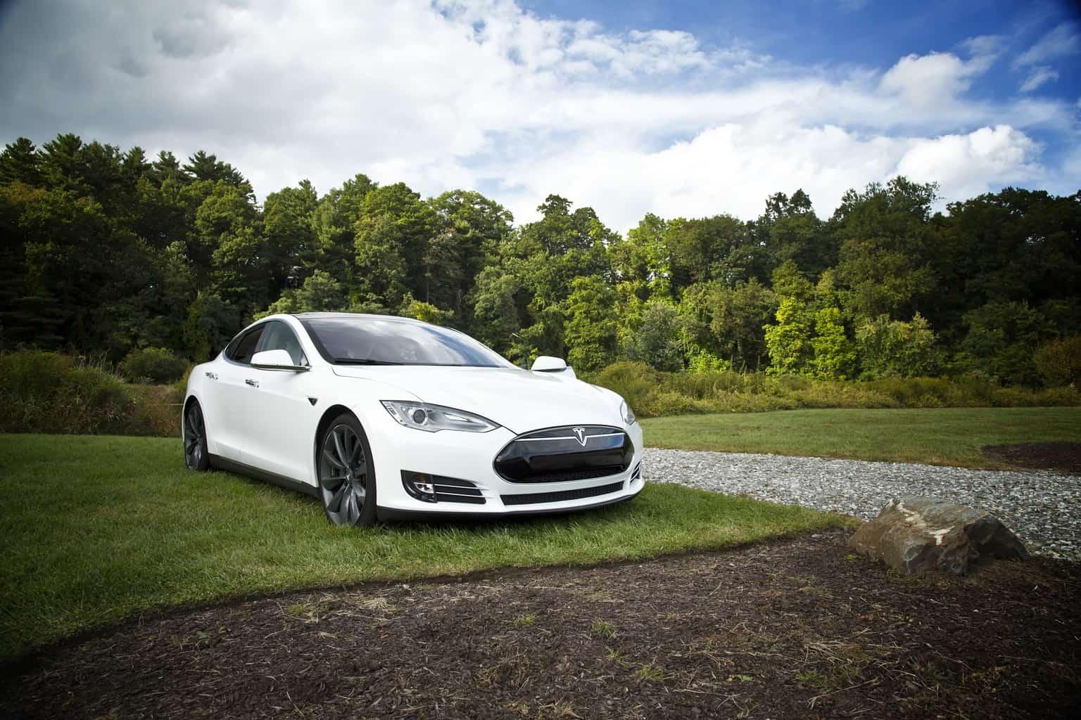Une Tesla blanche