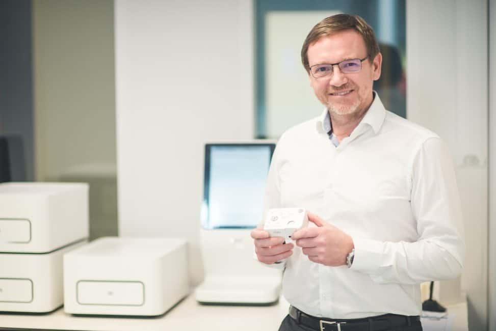Rudi Pauwels, le fondateur de Biocartis, et une cartouche Idylla