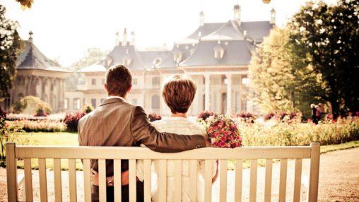 Couple dans le parc d'un château