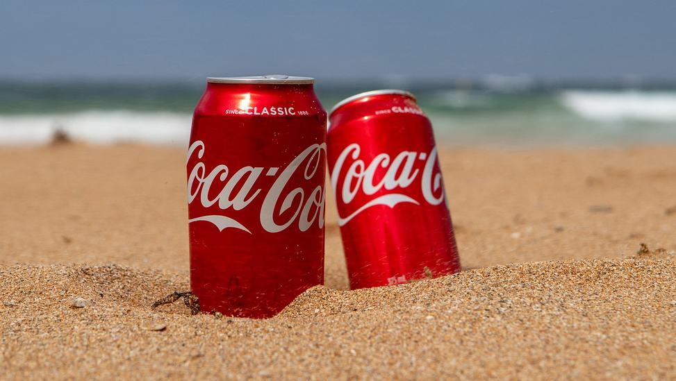 Canettes de Coca-Cola sur la plage